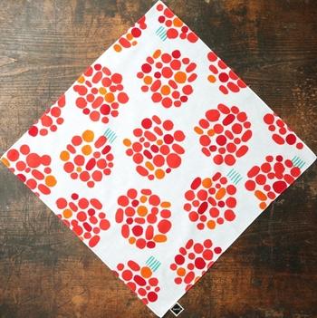 一つ目は、正方形から作る方法。バンダナやハンカチを三角形にカットして縫うだけで、とっても簡単です。使っていないハンカチなどをリメイクしても良いですね。