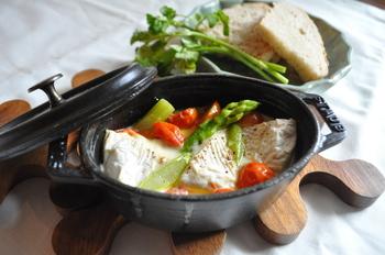 カマンベールチーズと野菜をいれて1分。あとは余熱で完成するスピードレシピ。野菜をディップして召し上がれ♪