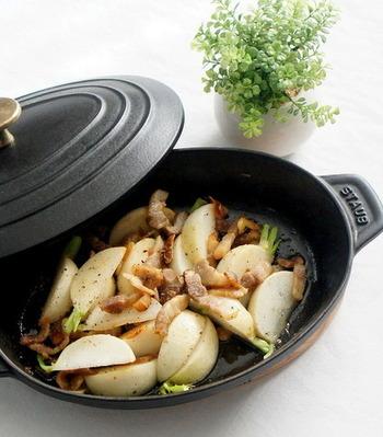蕪の甘みとベーコンの旨味をじっくりと味わえる一品。蒸し焼きはストウブの得意料理の一つですね。