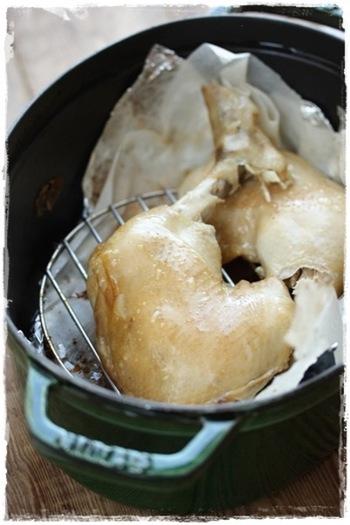 密閉性の高いストウブならではのレシピ!なんとスモークがキッチンで出来てしまいます。前日に味付けをして1時間以上スモークするので時間はかかりますが、出来上がりは絶品です。