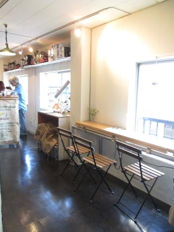 シンプルな椅子が並んだカウンター席とスタンディングカウンターだけのさっぱりとした店内。2階の古書店で頂くこともできます。
