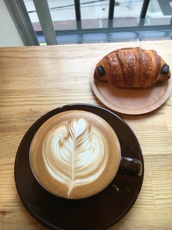 カウンターには米粉パンの店「Le・Riz(るり)」のパンも並んでいます。クロワッサンは表面はサクサクしているのに中はもちもちと評判。ぜひコーヒーと一緒に楽しんで。
