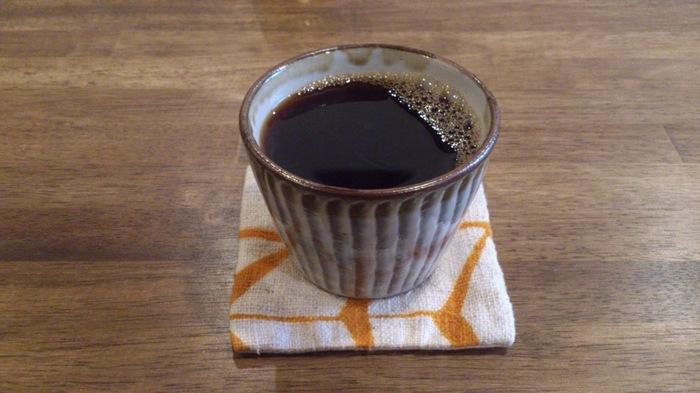 素朴な風合いのカップに入れられた「ストロングコーヒー」。1人で訪れる女性客も多く、女性がゆっくりくつろげるお店です。