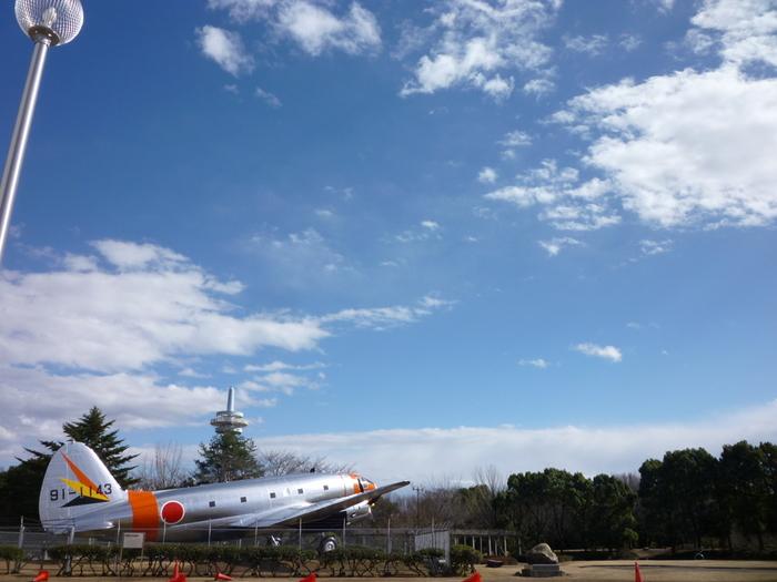 埼玉県の所沢航空記念公園。実物大の飛行機があったり、園内の航空発祥記念館では飛行機の中なども見ることができるそう。他にも、こどもが遊べる広場や川があり、広い園内でのびのび遊べそうです。