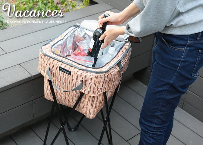 かご模様のプリントがお洒落なクーラーバッグ。こんなに種類があるのも嬉しいところ。キャリー型や自転車のかごに入るサイズや、折りたたみイスがついているタイプなど、便利なアイデアも魅力です。