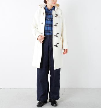 白のダッフルコートはチェックのシャツとの相性も抜群です。コートを引き立たせるために、暗めのカラーでまとめるのもいいですね。
