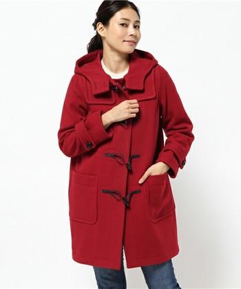 定番カラーのダッフルをゲットしたら、次に買うのはやっぱり赤が気になります♪ シンプルでカジュアルなコーディネートが好きという人には絶対おすすめ! さっと羽織るだけで、冬の景色に映える素敵なコーデが完成です。