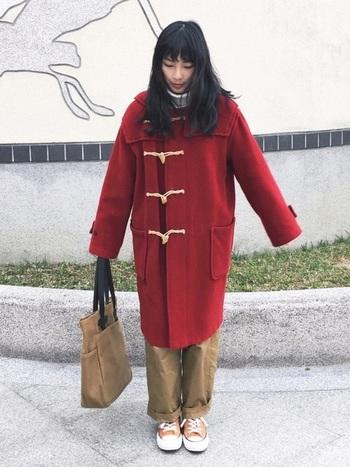 ふんわりとしたシルエットの赤のロングダッフルコートは着ているだけで元気になれそう!キャメルのアイテムと合わせて落ち着いた雰囲気にまとめています。