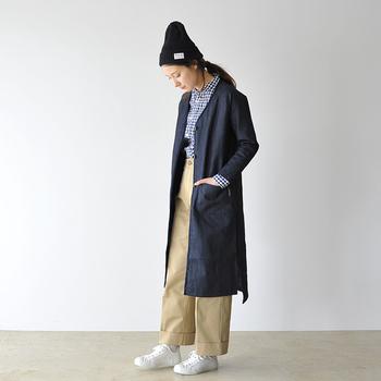 Vネックですっきりとしたノーカラーのデニムコートは、大人っぽい印象でカジュアルコーデをスタイリッシュに見せてくれます。