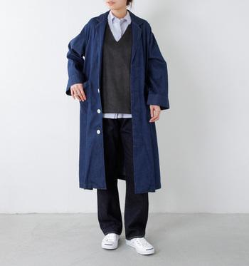 オーバーサイズ、ロング丈といったトレンドを兼ね備えたデニムコート。シンプルながらトップスノレイヤードの着こなしが光る大人カジュアルスタイルです。