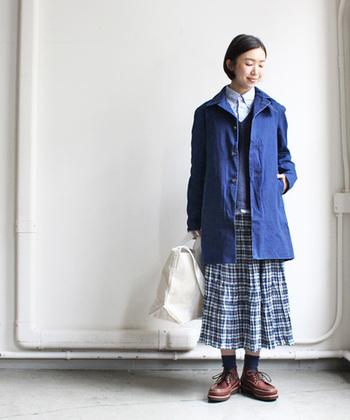 デニムコートはカジュアルだけでなく、スカートなどフェミニンな着こなしもぴったり。カッチリしたデニムコートに、ふんわりとしたスカートのバランスが大人ナチュラルな雰囲気です。