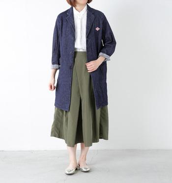 チェスター風のデニムコートは、キレイめなフェミニンスタイルにもフィットします。ボリュームのあるボトムスに合わせるときには、袖をロールアップして、着こなしに軽やかさをプラスしたいですね。