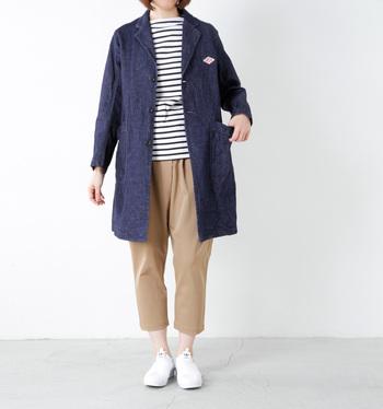 定番のボーダースタイルも、デニムコートを羽織るとスタイリッシュな雰囲気に。さらに足首を出すと、女性らしさもプラスされますね
