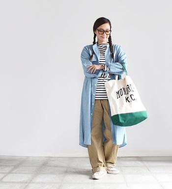 ロング丈のデニムコートを、デイリーコーデに軽く羽織るだけでオシャレなスタイルが完成します。薄色を選ぶと春らしさがアップしますね。