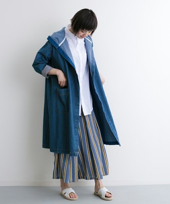 オーバーサイズのトレンド感のあるデニムコート。大きめのフードデザインは小顔効果も期待できますよ。