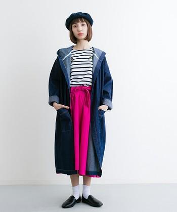 ラフなフード付きデニムコートとフェミニンなスカートを合わせた甘辛MIXコーディネート。ビビッドピンクはロング丈のデニムコートで色の見せ具合を調節すると◎。