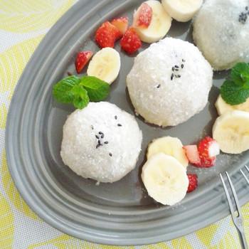 ミルク餅といっても、こちらはココナッツミルクを使ったミルク餅。もちもちのお餅の中には、あんことバナナ&イチゴが入っています。お好みのフルーツを使っていろいろとアレンジしてみるのも楽しそう♪