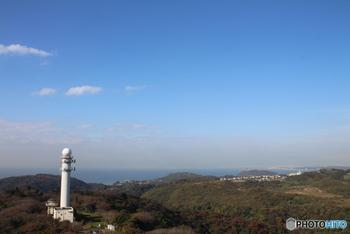 大楠山の標高は241メートル。三浦半島で一番高い山として知られています。山頂の展望台からは相模湾を一望でき、お天気に恵まれればスカイツリーが見えることも。
