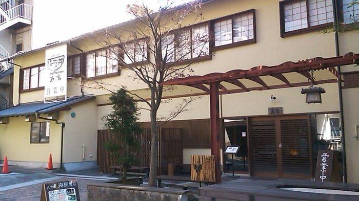 『湯葉丼 直吉』は、箱根湯本駅から徒歩5分程度のところにある人気グルメ店。箱根の名水で作られた絶品湯葉料理をいただけます。お店の前には足湯スポットもあります。行列もできる人気店なので、足湯に入って順番待ちしても良いかもしれません。