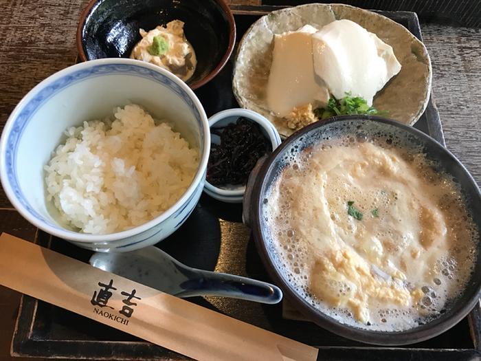 湯葉丼はご飯と湯葉別々になって出てきます。ふんわり優しい味の湯葉をご飯と絡め合わせて召し上がれ。結構お腹も膨れます。