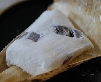 白玉粉で作られた柔らかなお餅は、ふんわりとアクセントになる柚子の風味でさっぱりして美味。また中に入るのは餡ではなく羊羹で、珍しい食感を楽しめます。
