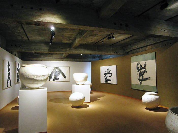 箱根湯本駅から徒歩10分程度のところにある箱根菜の花展示室。先ほどご紹介した「和菓子菜の花」が経営する企画限定の美術館です。手作業で生み出された味わい深くただ一つの作品が展示されています。