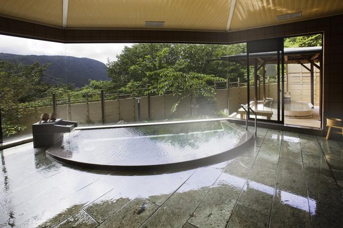 大きな窓から風景を眺めながら入れる大浴場は秀逸。心ゆくまで箱根の温泉を堪能してみてください。