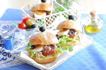 南仏ニースでは定番の具沢山サンドイッチです。パンにオリーブオイルをたっぷりしみ込ませ、しっとりさせるのがポイントです。