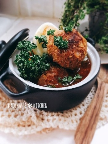 野菜たっぷりの肉団子と、ソースが染みたゆで卵は相性バツグン。デミソースはお家にある材料で手軽に作ります。