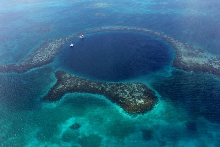 中央アメリカの、ベリーズバリアリーフのブルーホール。 穴の直径は約313m、深さは約120mと言われています。