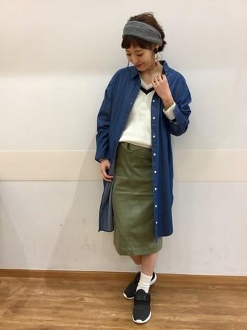 ロング丈デニムコートに、タイトスカートを合わせた大人っぽいコーディネート。丈やアイテムでIラインをつくるとスッキリと着こなせますね。