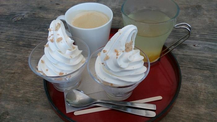 足湯に入りながら、食べるスイーツもいいですね。ならやパフェは、ソフトクリームの下にこしあん・ウグイスあん・ゴマあんなどがはいっているおすすめスイーツです。