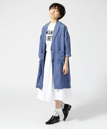 淡色デニムコートと白スカートを合わせた春らしい爽やかなカラーリングのコーディネート。シャープなシルエットはスッキリと見え、体型カバー効果も期待できますよ。