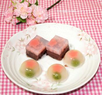 【春になると食べたくなる?春色水羊羹】 淡いピンクやグリーンの優しげな色合いの水羊羹。白餡、小倉餡、寒天があればお手軽に作れますよ?