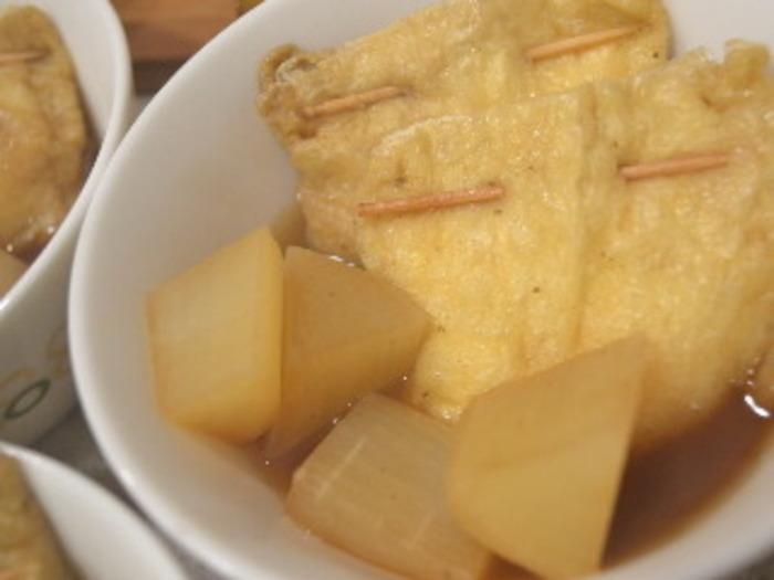 豆腐を油揚げに詰めて巾着に。粉だしで旨味豊富な出汁をたっぷりと吸い込ませれば、味わい深い一品の完成です。