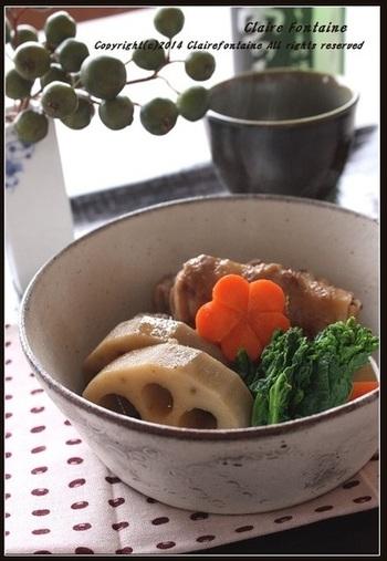 ヘルシーな高野豆腐を豚バラ肉で巻いてロール状に。レンコンやにんじんなどの根菜と一緒に出汁で煮込みます。薄切り肉でもボリューム満点な料理に。