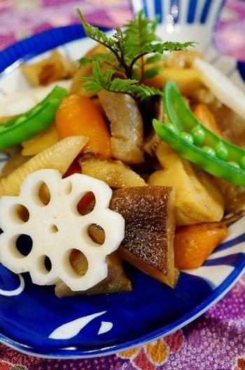 春になったら作ってみたい筍料理。 シイタケやチクワ、にんじんやこんにゃくなども一緒に煮て。彩りにスナップエンドウを添えれば、春を感じる一皿の出来上がりです。