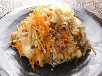 ダイエットにおすすめのシラタキを美味しくアレンジ。にんじん、豚バラ肉、エノキダケを合わせて炒めます。豚肉は先に湯通しして余分な油を落として。胡麻油と粉だしの風味でお箸が止まらなくなりそう!?