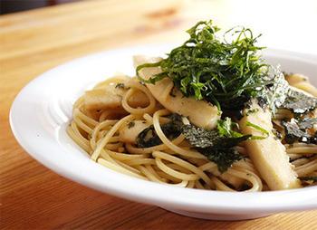 オリーブオイルと粉だし、醤油のソースで作る和風パスタ。 イカは冷凍でも生のものでもOK。粉だしの風味が効いています。