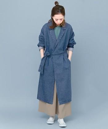 テーラーカラーが目を惹くデニムガウンコートです。ベルトでウエストマークすると、メリハリが出て、小柄な方もスッキリと着こなせますね。