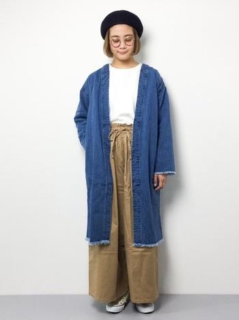 """デニムコート×ワイドパンツのビッグシルエットコーデ。袖や裾のカットオフデザインが""""こなれ感""""のある雰囲気ですね。"""