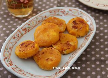 かぼちゃとチーズはお子さまにとっては最高の組み合わせでは?!レンジでサッと加熱して作ったおやきをフライパンでこんがり焼いて仕上げます。