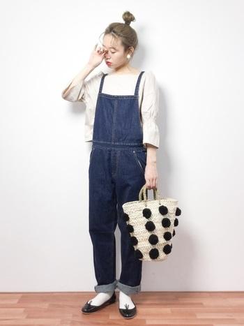 ストラップの細いサロペットは少し大人な印象に。一緒にかごバッグやバレーシューズを合わせて可愛らしく着こなしても◎