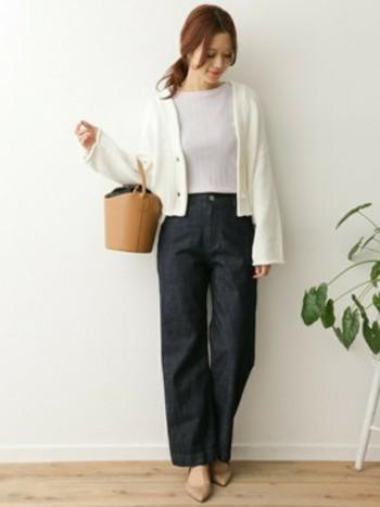全体的にやや小ぶりで短めのニット丈は、ハイウエストのワイドパンツの組み合わせがオススメ。ペタンコ靴でもお出かけ感が出せます。