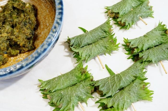 春の山菜といえば「ふきのとう」。まずはフキノトウ味噌を作ります。このままでもごはんのお供にいいのですが、ちょっとアレンジして。 フキノトウ味噌を大葉で包んで胡麻油で炒めて。香ばしさいっぱいのおかずに。