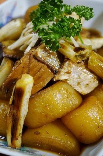こってり甘辛く炊いたブリ大根も粉だしで。 ブリは湯引きをして下処理をしっかりと。また、ネギと生姜も合わせてブリの臭みを取りましょう。
