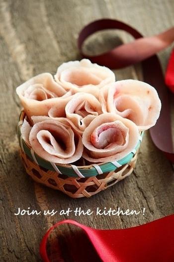 【花束みたい!春の和菓子 】 可愛いピンク色のお花が春っぽくて、お祝いの席にもぴったり。白玉粉といちごジャムを使って手軽に作れますよ?口の中で苺の甘酸っぱい香りが広がります。
