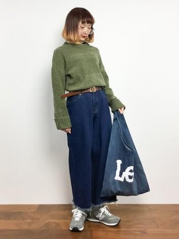 ショッピングバッグのようなデニムバッグは、デニムコーデにもしっくりなじみます。お出かけにぴったり!