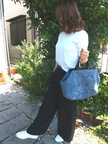 レディなデニムバッグを合わせるだけで、コーディネート全体が大人な印象に。スニーカーも合わせると程よいぬけ感が魅力の、上品カジュアルコーデに仕上がります。