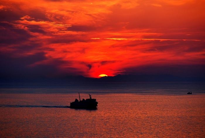 伊王島が誇る絶景スポットが「夕陽ヶ丘展望台」。昼間もおすすめですが、夕方には水平線に沈む夕陽を眺めることができます。双眼鏡も設置されていますので、海の向こうまで見渡すことができます。